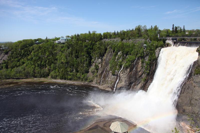 """Die Wasserfälle """"Les Chutes Montmorency"""" sind vom Restaurant gut zu sehen."""