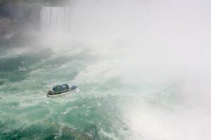 Die Gischt der Niagarafälle ist so stark, daß die Ausflugsschiffchen fast darin verschwinden!